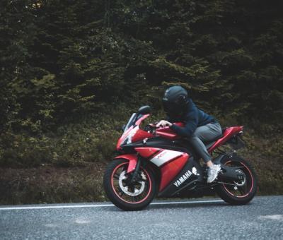 motocyklista z kaskiem z interkomem